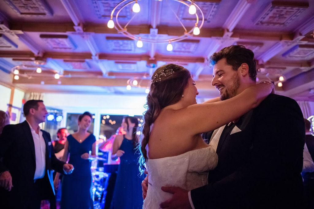 Hochzeit; Hochzeiten; Wedding; Kirche; kirchliche; Feier; Tanz; Brautwalzer; Brauttanz; Tanzen; Hochzeitstanz; Location; Hochzeitsfotos; Hochzeitsbilder; Hochzeitsfotografie; Hochzeitsfotograf; Fotograf; Photograph; Shooting